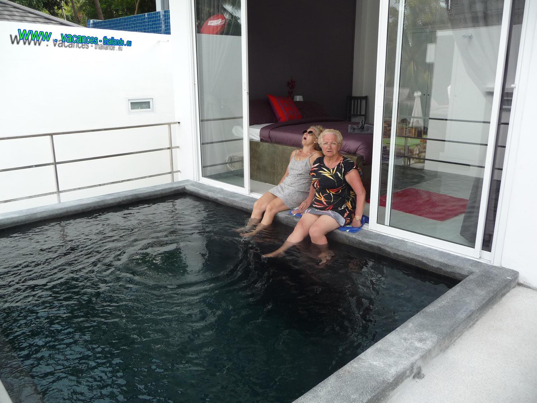 Maison louée avec piscine privée et vue sur autre piscine privée devant les chambres à boput