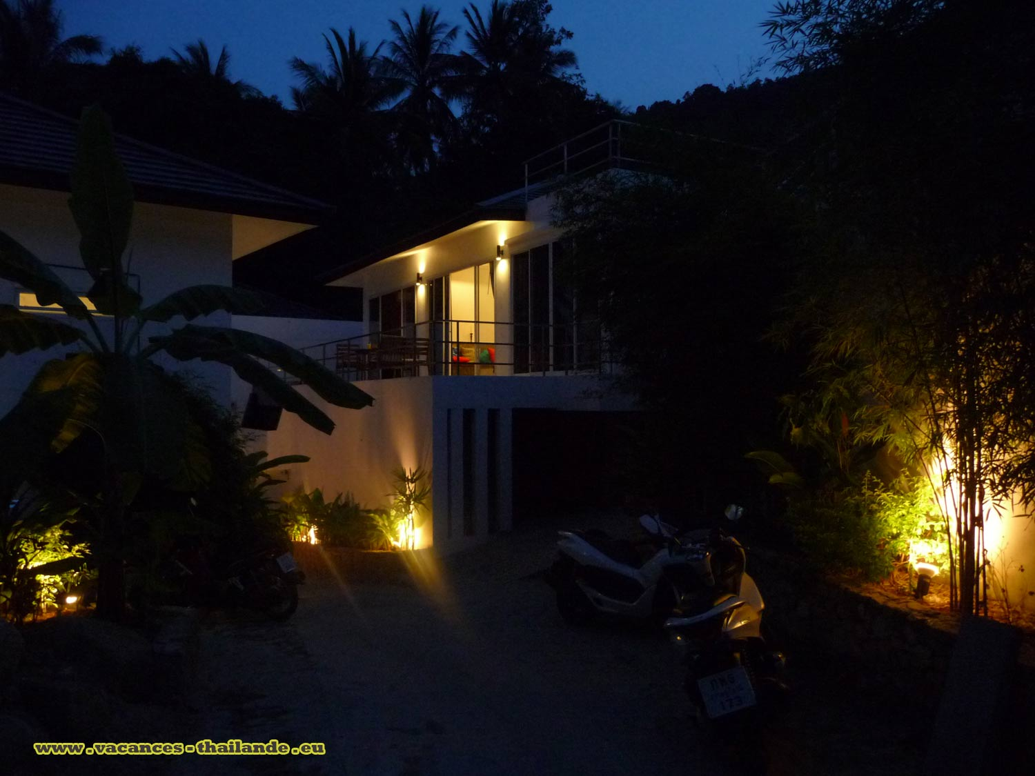 Vacances thailande photo 25 villa terrasse piscine for Piscine eclairee la nuit