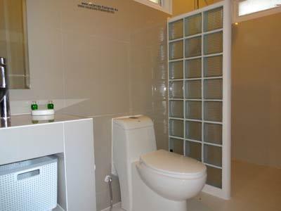 Location prix pas cher de nos villas et maisons for Rangement douche italienne