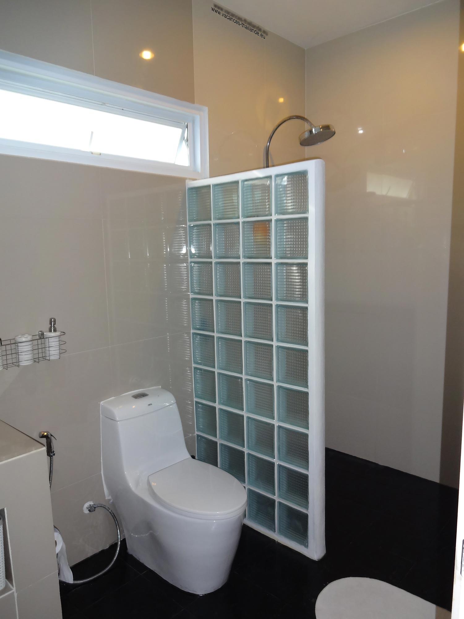 vacances thailande page de la photo 37 salle de bain noire de la chambre queen size mauve a koh. Black Bedroom Furniture Sets. Home Design Ideas